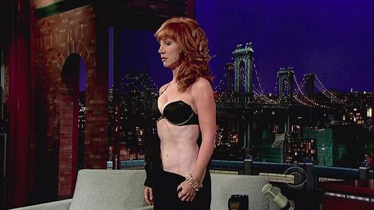 Kathy Griffin v Late Show Davida Lettermana ukázala, co skrývá pod šaty.