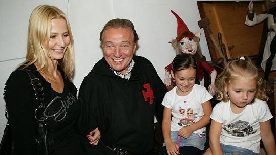 Karel Gott s ženou Ivanou a dcerkami si nedělní odpoledne na hradě mezi skřítky báječně užili.