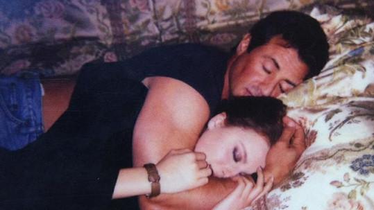 Simona Krainová v objetí s akčním hrdinou Stallonem.