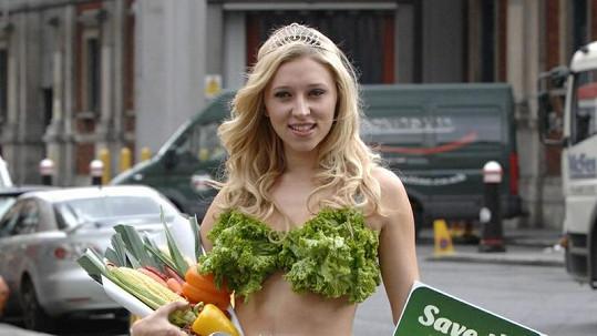 Margarita Nazarenko oděná v salátu burcuje lidi, aby zachránili Zemi.