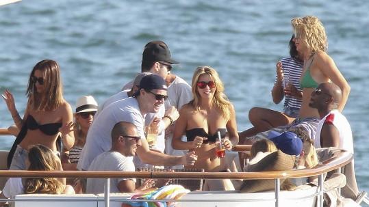 Leonardo DiCaprio má rád společnost.