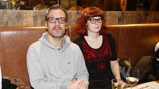 Čtvrté dítě herci porodila o 25 let mladší přítelkyně Eva.