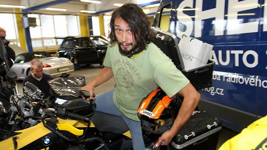 Herec Pavel Liška opravdu zvládne řídit silnou motorku.