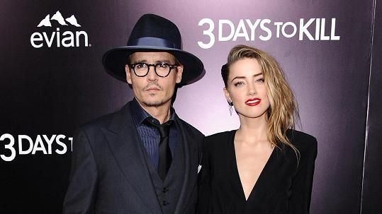 Johnny Depp s Amber Heard, jejíž nahé tělo je veřejným tajemstvím.