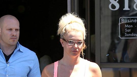 Britney Spears vypadá v brýlích velmi přísně.