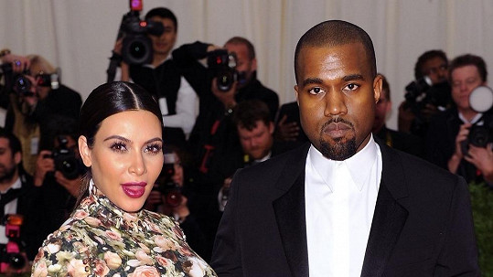 Kim Kardashian a Kanye West se brzy stanou rodiči.