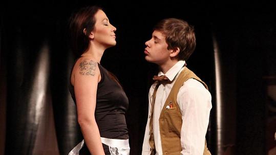 Agáta Prachařová se nechá svádět svým bratrem Vincentem. Naštěstí jen v divadle.