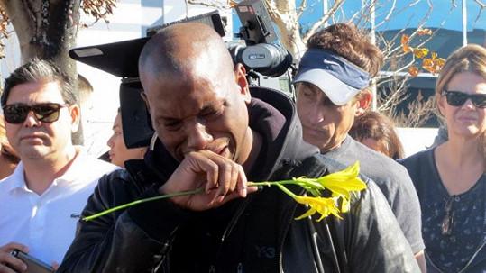 Zlomený Tyrese Gibson u místa, kde jeho kamarád přišel o život.