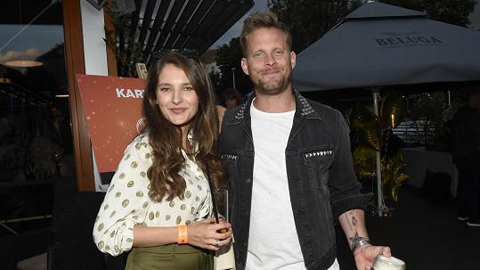 Jakub Prachař a Sara Sandeva na večírku