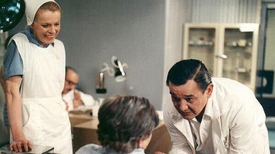 Josef Vinklář coby doktor Cvach v seriálu Nemocnice na kraji města