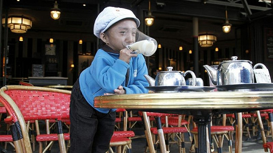 Khagendra Thapa si dal čaj v jedné z pařížských kaváren.
