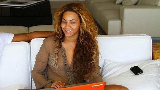 Beyoncé před časem poslala na internet tuto fotku, na níž je i bez líčidel velmi atraktivní.