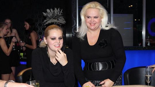 Ornella Štiková s matkou v casinu.