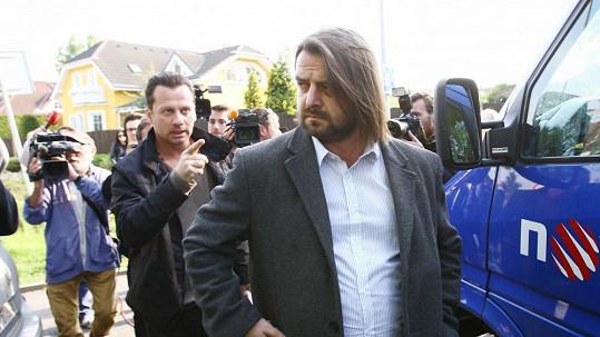 Před vilou Bartošové došlo k incidentu, zasahovala policie.