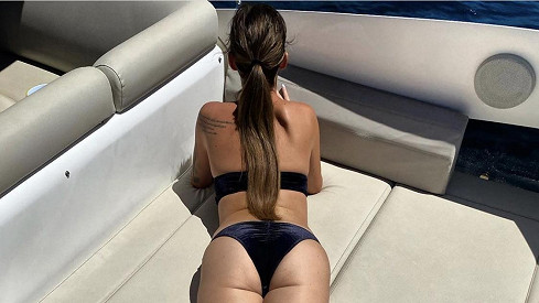Dominika Mesarošová se vyhřívá na palubě jachty.