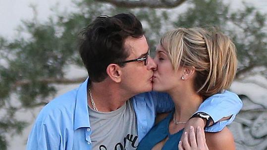 Romance Charlieho Sheena s pornoherečkou Brett Rossi neměla šťastný konec.