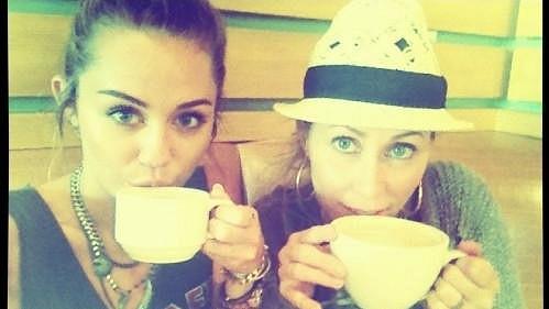 Miley Cyrus a její mladistvě vypadající maminka Tish.