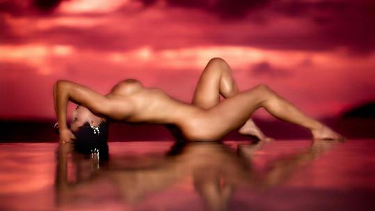 Modelka Kelly se takto svlékla pro Playboy.
