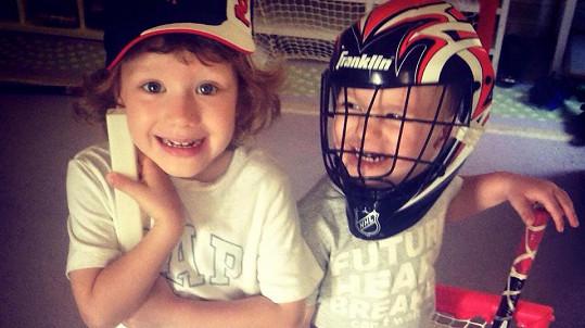 Synové Krainové Bruno a Max si hráli na hokejisty.
