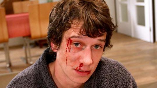 Známý seriálový herec si zahrál pořádnou bitku.