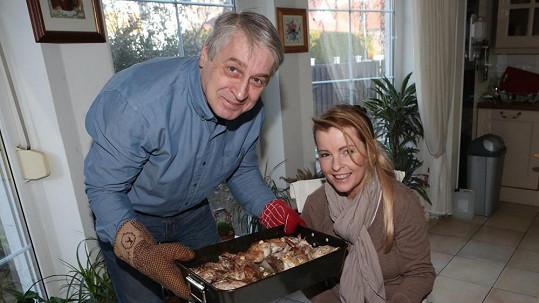 Iveta Bartošová a Josef Rychtář s pekáčem, který by dietologové nepochválili.
