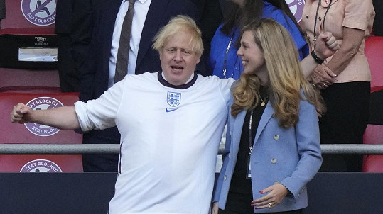 Boris Johnson s manželkou na stadionu ve Wembley