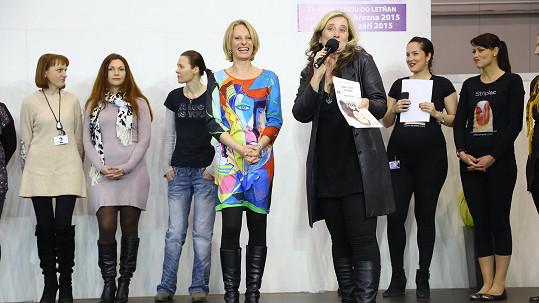 Kristina Kloubková se objevila po dvou týdnech ve stejných výrazných šatech.