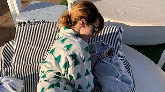 Marika je s miminkem u moře.