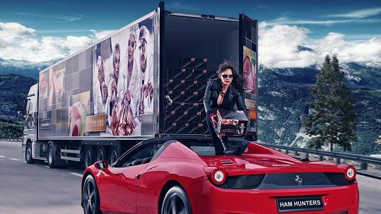 Jitka Čvančarová pózovala na kapotě luxusního vozu