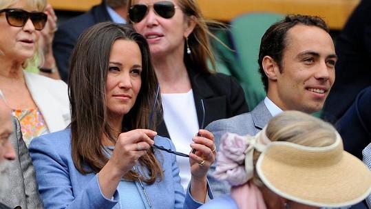 Pippa umí nasadit velmi přísný výraz. Společnost jí tentokrát na Wimbledonu dělal mladší bratr James.