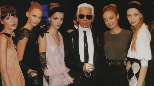 Jeho kolekce často předváděly české modelky. Třetí zleva stojí Denisa Dvořáková.