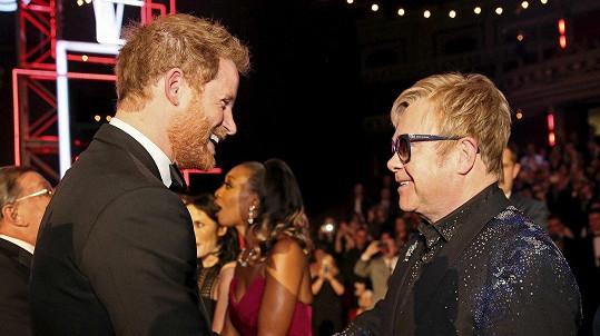 Harrymu bude na svatbě zpívat Elton John.
