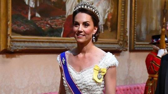 Vévodkyně Kate na banketu v Buckinghamském paláci