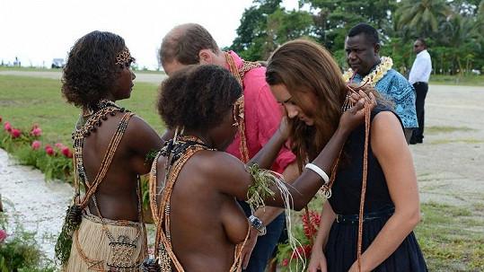 Královský pár dostal na ostrově Marau od domorodých žen na krk girlandu.