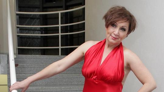 Bára Basiková vyrazila do televize bez podprsenky.