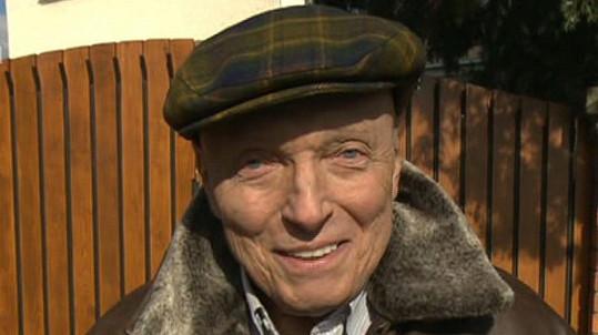 Karel Gott začal přes média komunikovat s fanoušky.