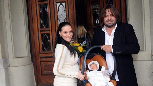 Šťastní rodiče malé Aničky se svou dcerkou
