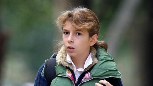 Dcera slavného režiséra, herce a scénaristy na cestě do školy.