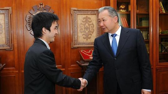 Atai Omurzakov se na snímku z loňského března zdraví s bývalým prezidentem Kyrgyzstánu Kurmanbekem Bakijevem.