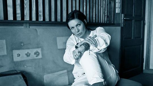 Fotky k nové desce se Anně K. skutečně povedly.