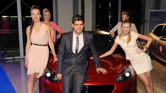 Petrovi jsou bližší krásné ženy než rychlé vozy.