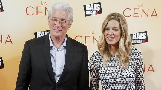 Richard Gere s manželkou Alejandrou čekají první společné dítě.