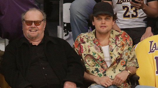 Jack Nicholson sleduje zápas svého oblíbeného basketballového týmu se synem Raymondem.