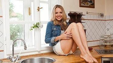 Lucie Vondráčková v kuchyni nemusí ani vařit a přesto umí potěšit.
