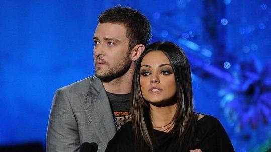 Justin Timberlake osahává krásnou Milu Kunis.