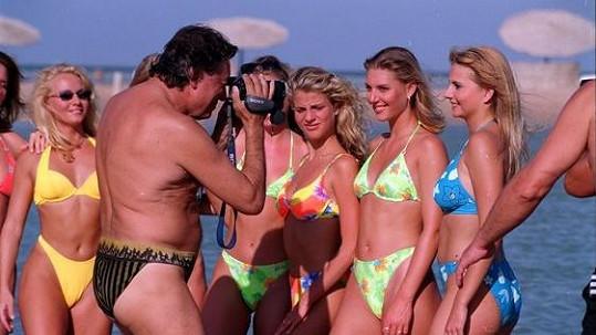 Karel Gott v roce 2000, kdy s finalistkami tehdejší soutěže krásy odjel na soustředění do Egypta a všechno si pěkně dokumentoval.
