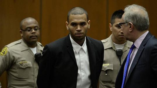 Chris Brown odchází od losangeleského soudu.