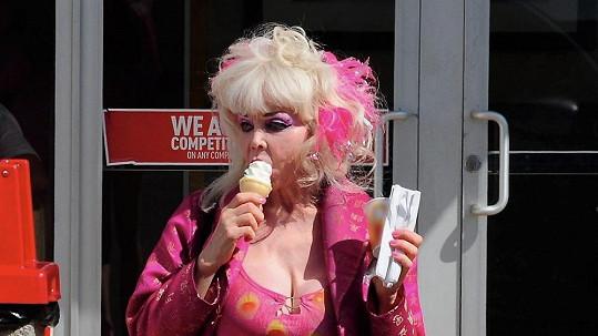 Angelyne přemohla chuť na zmrzlinu.