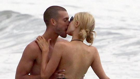 Paris Hilton s tajemným mužem nedaleko jejího plážového domu v Malibu