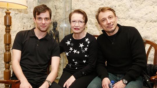 Hana Maciuchová s Ondřejem Novákem a Petrem Stachem (vpravo)